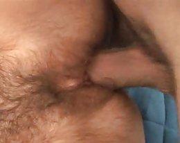 Outo pullea brunette saa munaa pari musta Studs sohvalla