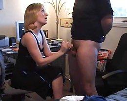 MILF ja blondi tyttö nuolee ja strapon sukupuoli