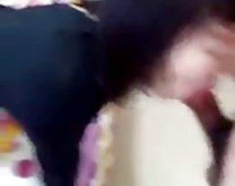 valkoinen äiti vie paksu musta kukko edessä poika