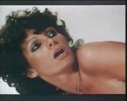 Ebony hottie käyttää kaksinkertainen Dildo